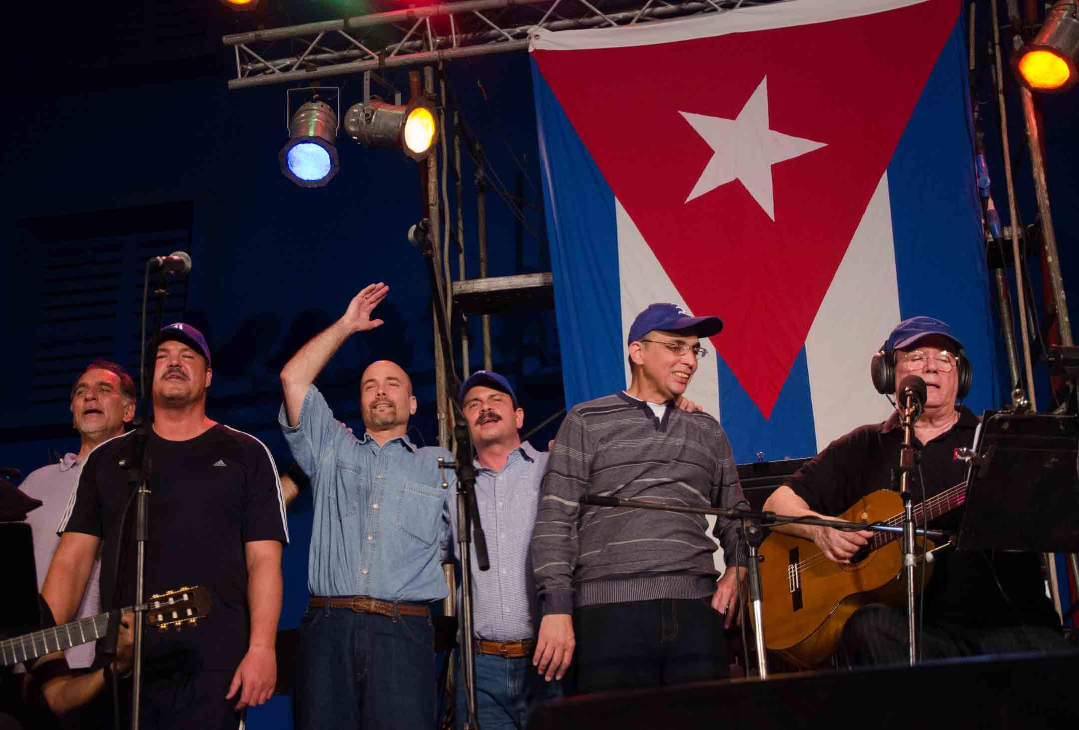 les-cinq-heros-ont-participe-a-un-concert-du-chanteur-cubain-silvio-rodriguez-sur-le-parking-du-stade-latinoamericano-de-la-havane