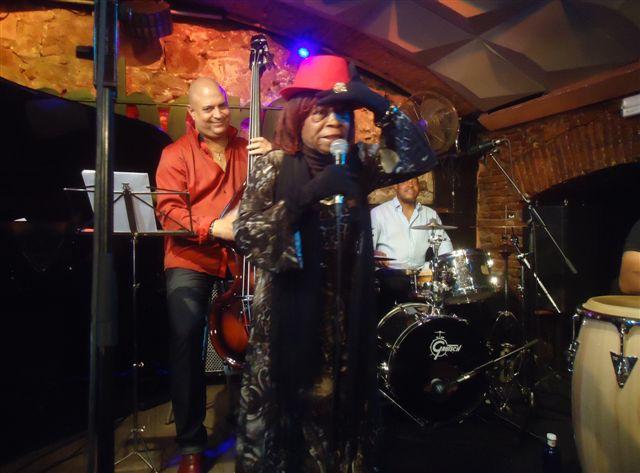 juana-bacallao-estremecio-el-club-de-jazz-jamboree-de-barcelona