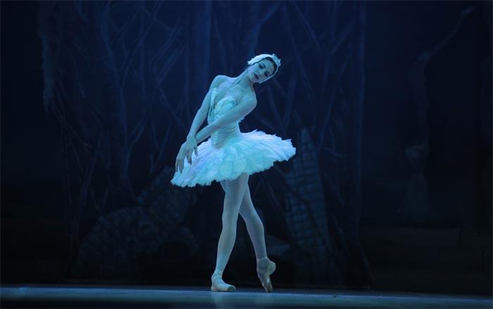 entrega-la-uneac-premio-a-la-bailarina-principal-del-bnc-estheysis-menendez