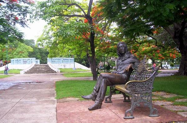Parque Lennon, La Habana, Cuba. Estatua homenaje a John Lennon, obra del escultor José Ramón Villa Soberón