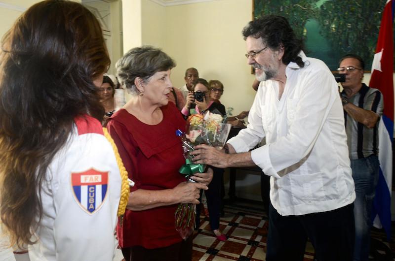 otorgan-medalla-alejo-carpentier-a-la-investigadora-luisa-campuzano-senti