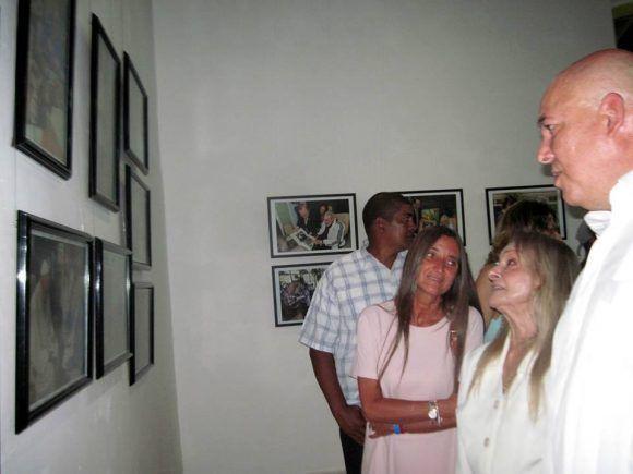 asisten-familiares-de-fidel-a-inauguracion-de-expo-fotografica-en-santiago-por-miguel-a-gainza-chacon