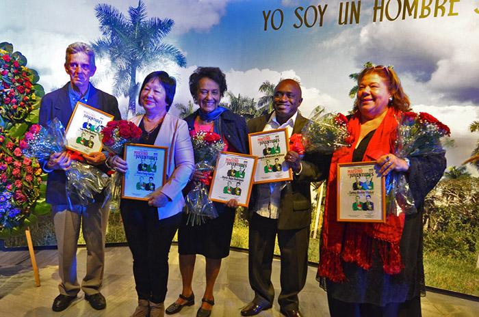 entregan-la-distincion-maestro-de-juventudes-a-personalidades-de-la-cultura-cubana