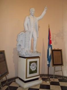Busto de José Martí en el Club San Carlos.