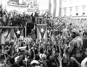 fidel-castro-hablando-ante-una-manifestacion-frente-el-palacio-presidencial-la-habana-1959