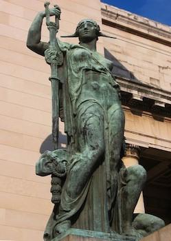 Estatua de bronce a la entrada de Capitolio Nacional de Cuba.