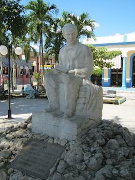 Monumento erigido a José Martí por la masonería guantanamera en el año del centenario de su natalicio. Parque Martí.