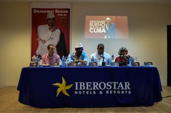 Conferencia de Descemer Bueno sobre gira por Cuba.