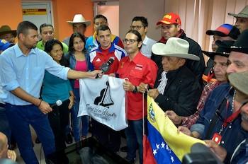 Representantes del proyecto venezolano Corazón Llanero y el ministro de cultura Freddy Ñáñez (centro).