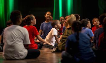 """Compañía teatral infantil """"La colmenita"""" en la presentación por el 90 cumpleaños de Fidel Castro."""