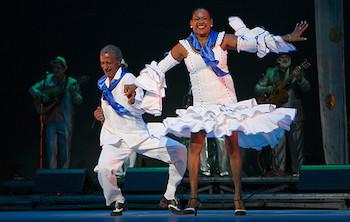 Pareja de baile al ritmo del Septeto Nacional de Cuba en Gala por los 55 años de la UNEAC.