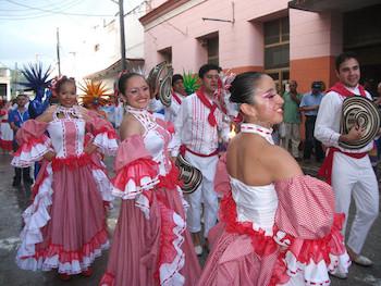 Participantes en la XVIII Fiesta de la Cultura Iberoamericana se unieron al Pasacalle.