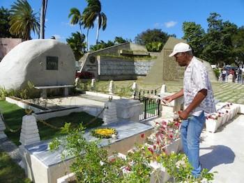 Danny Glover, Fidel y Martí en Cementerio Santa Ifigenia.