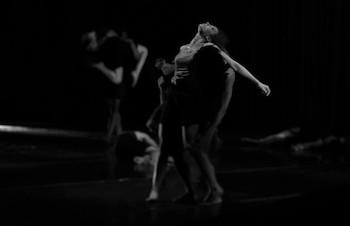 LAS PAREDES SE VAN/ por Danza Contemporánea de Cuba.