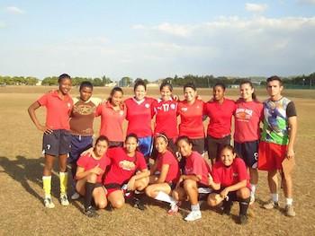 la-chilienne-ignacia-paz-ugaz-quatrieme-de-droite-a-gauche-debout-membre-de-lequipe-feminine-de-football-de-lecole-internationale-deducation-physique-et-de-sports-formee-de-jeunes-files-de-plusieurs-pays-photo-courtoisie-de-linterviewee