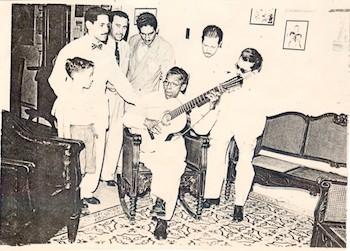 manuel-corona-avec-la-guitare-est-lun-des-plus-grands-de-la-chanson-de-troubadour-traditionnel-cubain
