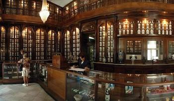 la-familia-cubana-recorre-museos-de-farmacia-del-centro-historico