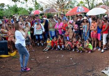 idania-valdes-actua-para-una-comunidad-afectada-por-el-huracan-irma