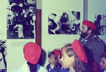 Fidel Castro en recorrido con pioneros destacados. Día de los Niños (Tarará, 20 de julio de 1975)