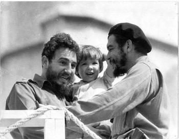 Fidel Castro con el Che y Aleidita Guevara en Plaza de la Revolución