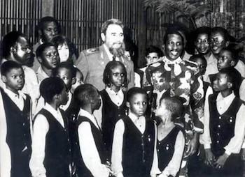 El Comandante Fidel Castro con Thomas Sankara y niños