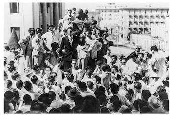 Fidel Castro en la Universidad de La Habana dirigiendo un mítin de repudio contra la tiranía batistiana.