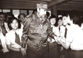 Fidel junto a estudiantes coreanos en la Isla de la Juventud