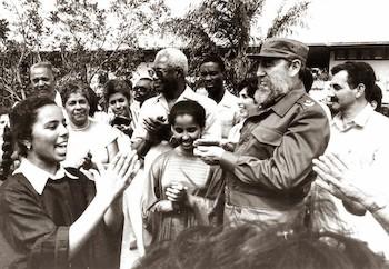 Fidel junto a estudiantes saharuies en la Isla de la Juventud