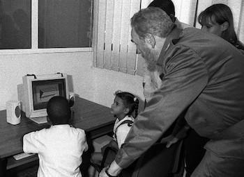 Fidel en los Joven Club de Computación(2001).