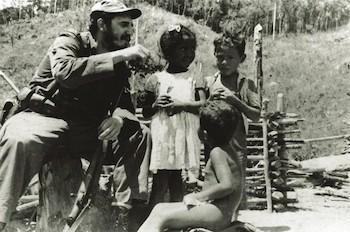 Los niños escuchan historias que narra el Comandante Fidel Castro