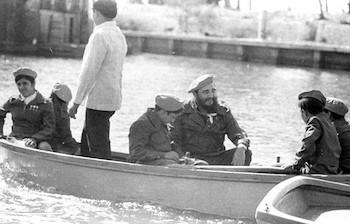 Fidel Castro Pasea en bote junto a pioneros cubanos en el Campamento Pioneril de Tarará, La Habana